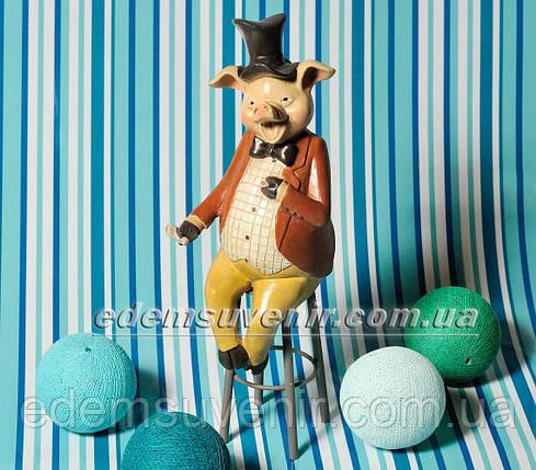 Статуэтка декоративная Свин на стуле в коричневом фраке, фото 2