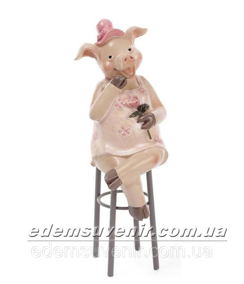 Статуэтка декоративная Свинка на стуле в розовой шляпке