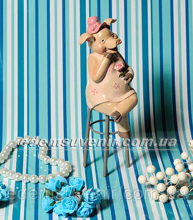 Статуэтка декоративная Свинка на стуле в розовой шляпке , фото 2