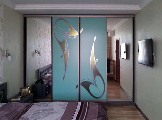 Шкаф с фотополимерным абстрактным рисунком на зеркале (листья-цветы)
