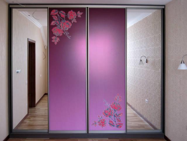 Встроенный шкаф-купе с фотополимерным рисунком на зеркале - розы