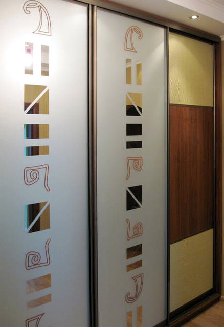 Встроенный шкаф-купе с вставками из ротанга и рисунком-травление на зеркале (иероглифы)
