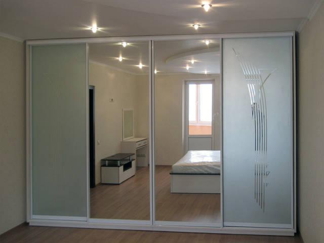 Шкаф-купе белого цвета, с пескоструйным рисунком и зеркалами в спальню