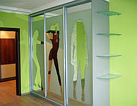 Шкаф-купе с изображением силуэта девушек на фасадах и стеклянными полками, фото 1