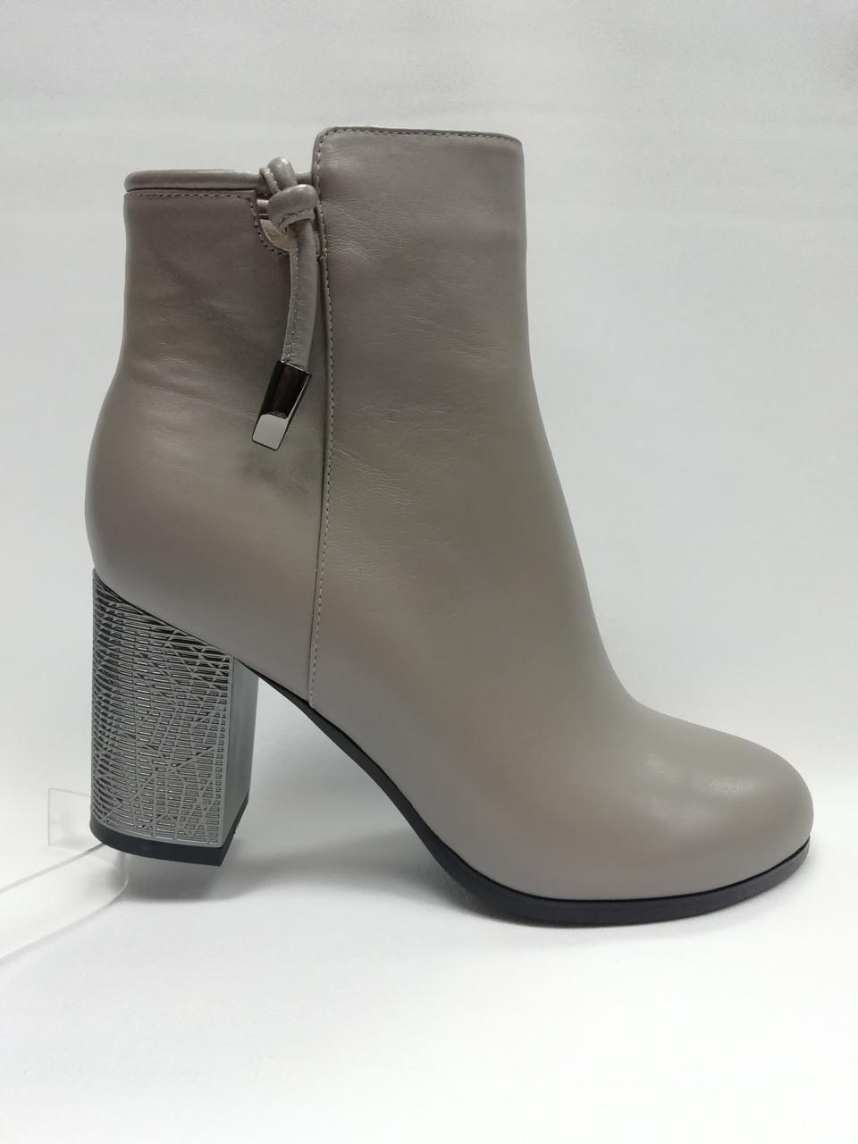 Шкіряні черевики на підборах.