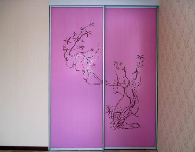 Встроенный шкаф-купе с узором розовая сакура на фасадах