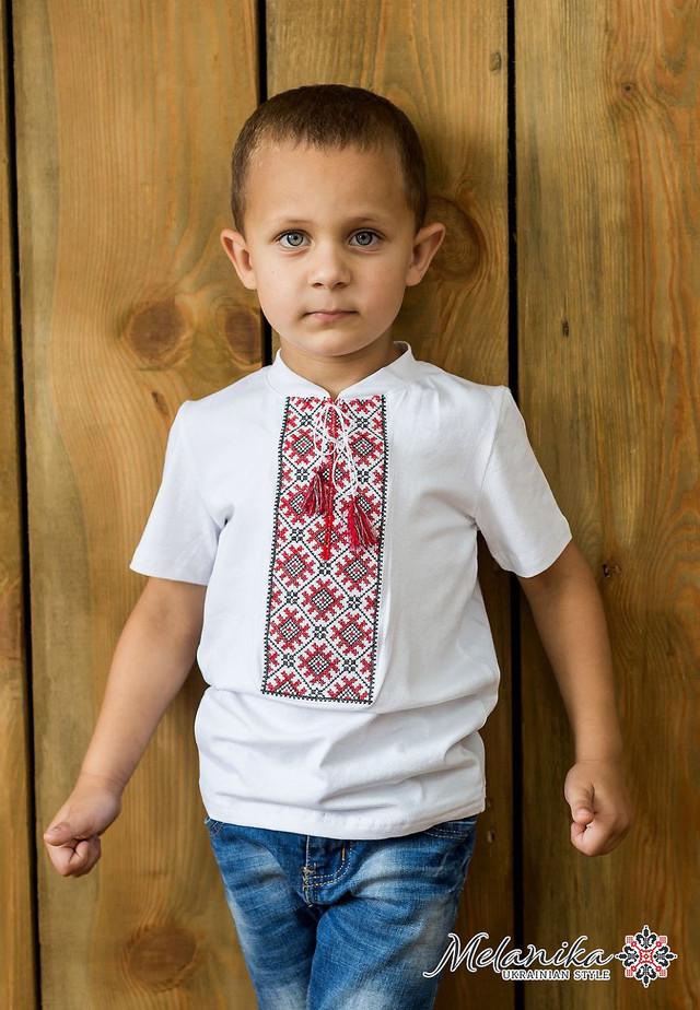 Дизайнери вирішили поєднати у цій моделі найкращі традиції української  етнічної вишивки. Оригінальний вишитий візерунок пишною стійкою прикрашає  перед ... 4afcfac630f31