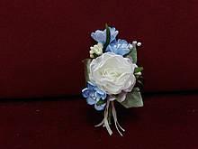 Свадебная бутоньерка из пиона айвори с голубым