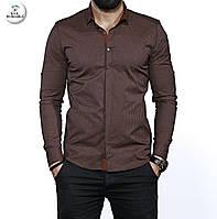 Коричневая мужская рубашка с длинным рукавом.