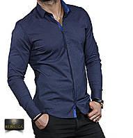 Темно-синяя мужская рубашка с длинным рукавом.