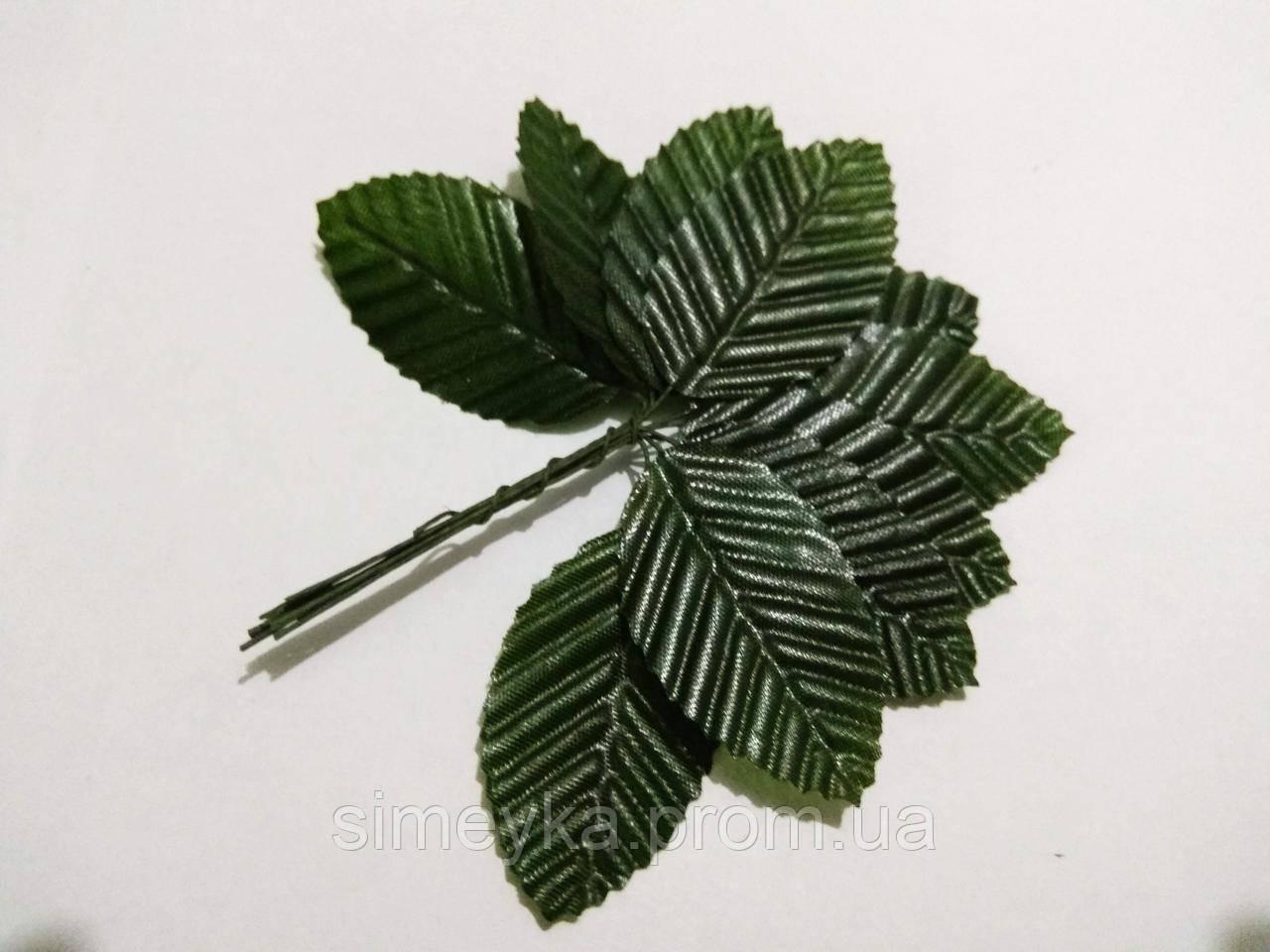 Листок троянди темно-зелений, ширина 3 см, довжина 4,8 см, на проволоці. Пучок 10 листочків.