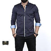 Темно-синяя мужская рубашка с серыми манжетами.