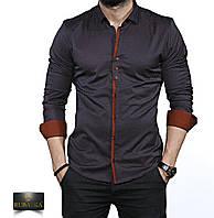 Стильная темная мужская рубашка с коричневыми манжетами.