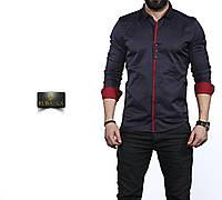 Темно-синяя мужская рубашка с темно-красной отделкой. Длинный рукав.