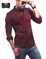 Бордовая однотонная мужская рубашка с длинным рукавом.