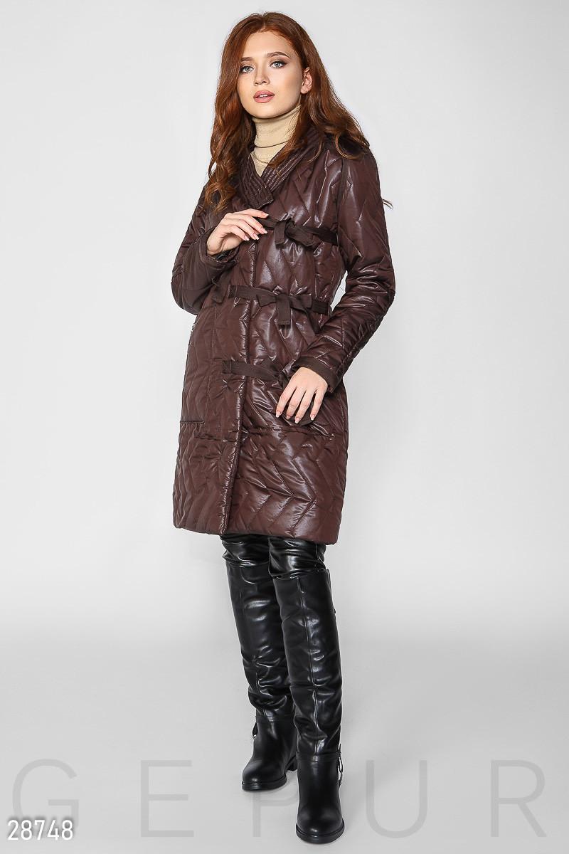 Коричневое стеганое пальто на запах с завязками