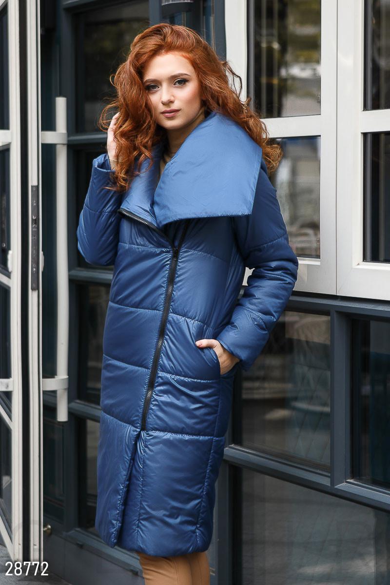 Утепленное синее пальто с большим воротником