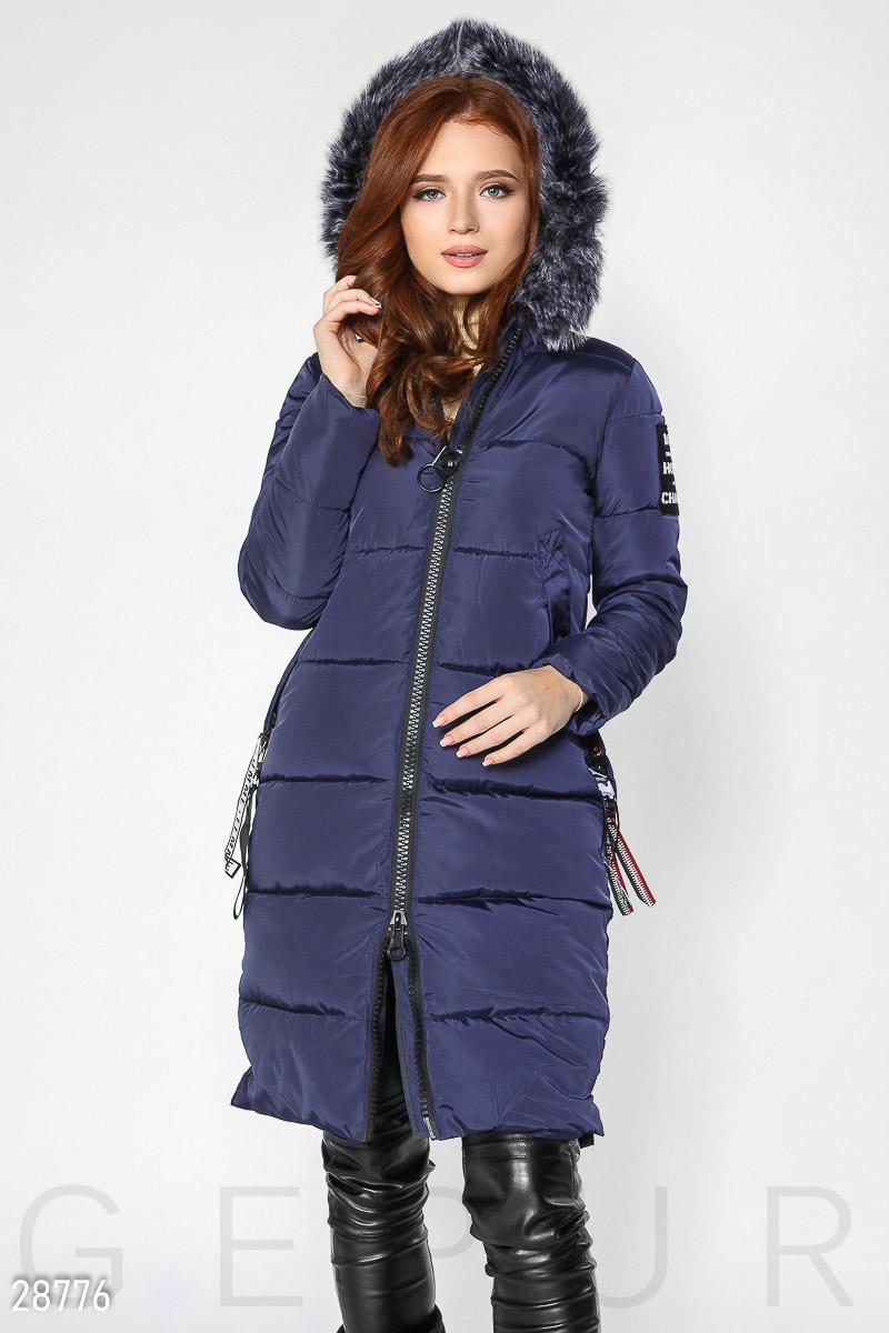 Темно-синее зимнее пальто из плащевки и капюшоном с мехом