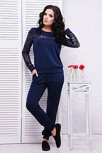 Повседневный женский спортивный костюм с вставками из гипюра темно-синий