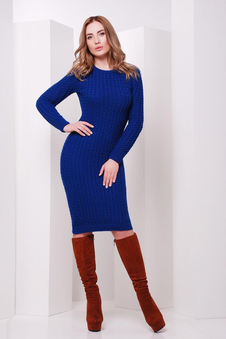 Вязаное теплое платье по фигуре до колен в мелкую косичку цвет электрик