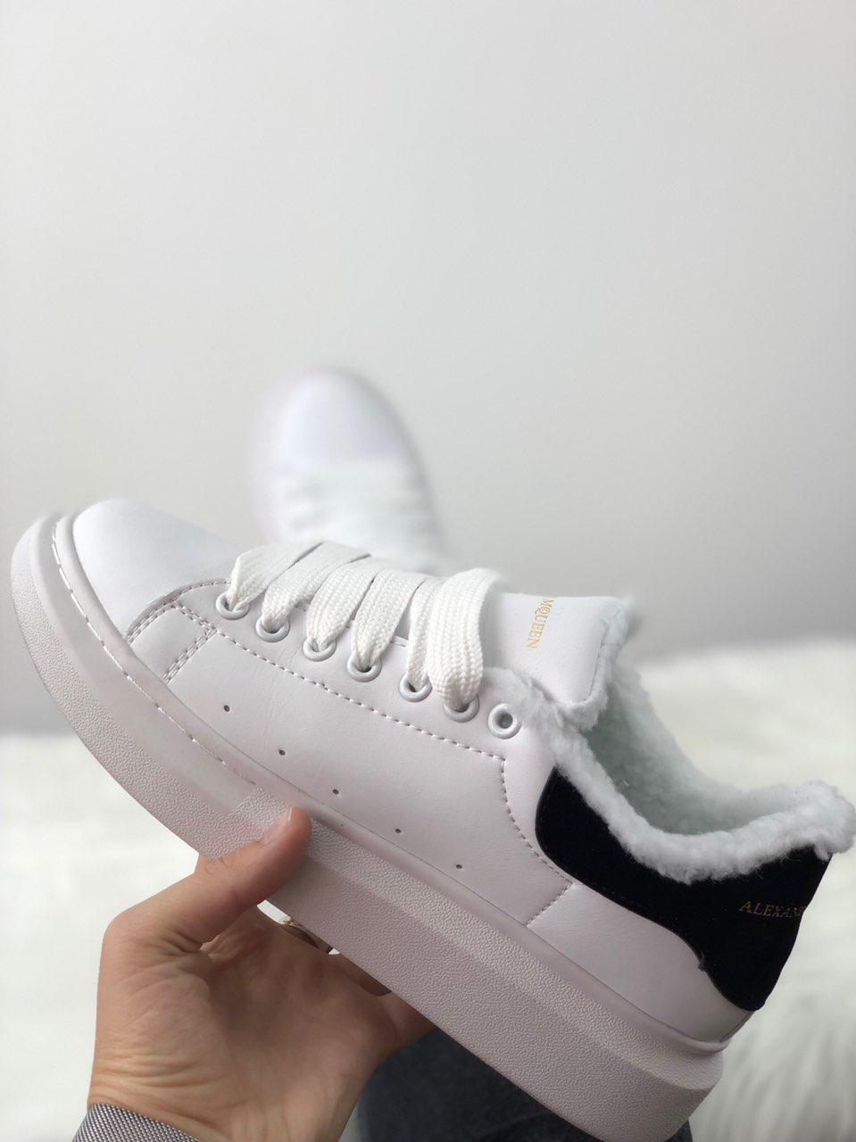Зимние женские кроссовки Александр Маквин белые с чёрным (реплика)