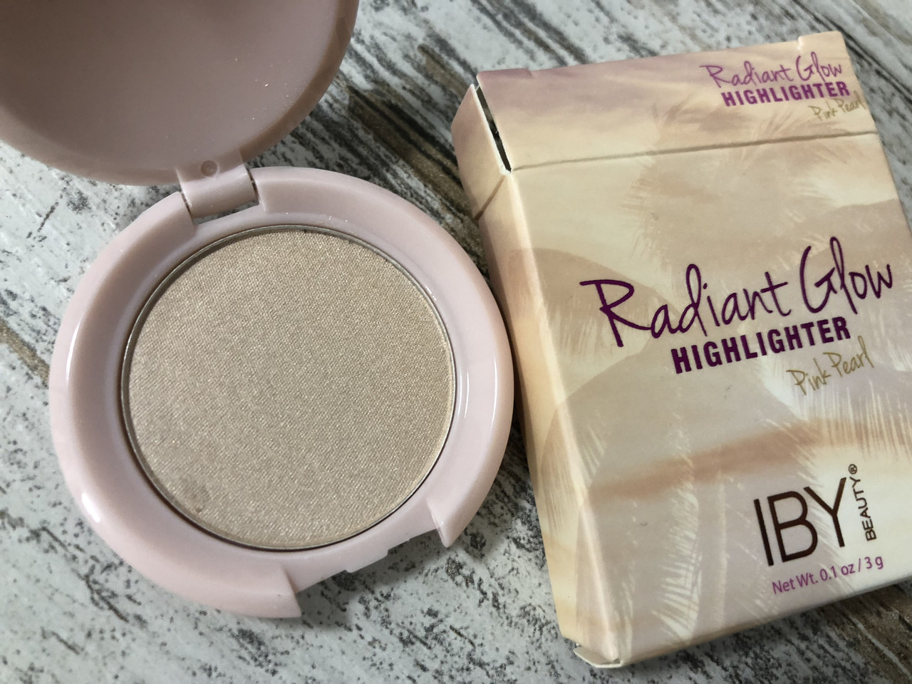 Розово-жемчужный хайлайтер для лица IBY BEAUTY Radiant Glow Highlighter