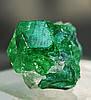 Цаворит - прекрасный, ослепительно сияющий зеленый гранат