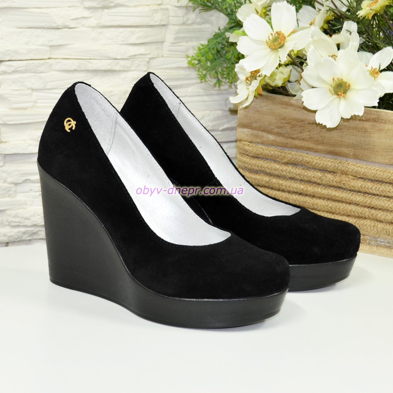Туфлі жіночі замшеві на високій платформі, декоровані фурнітурою