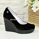 Туфлі жіночі замшеві на високій платформі, декоровані фурнітурою, фото 2