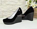 Туфлі жіночі замшеві на високій платформі, декоровані фурнітурою, фото 3