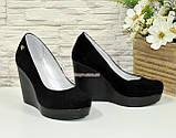 Туфлі жіночі замшеві на високій платформі, декоровані фурнітурою, фото 4