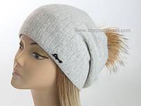 Вязаная шапка с помпоном из енота Жанна светло-серая