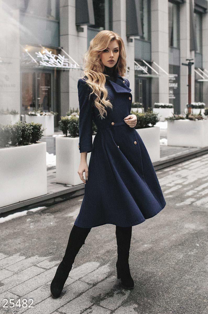 Строгое двубортное пальто синего цвета