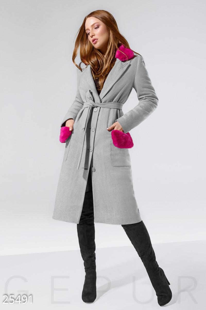 Стильное пальто серого цвета с малиновой отделкой