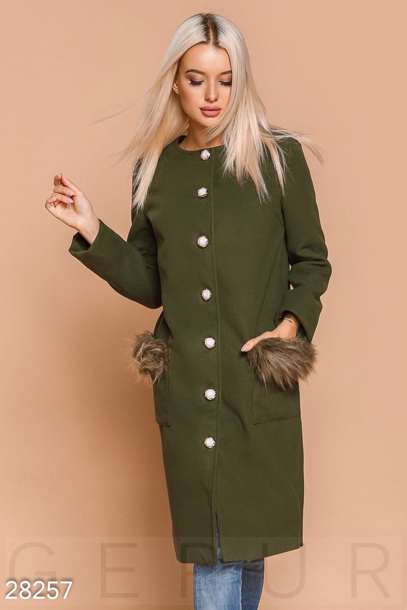 Стильное пальто цвета хаки с эко-мехом