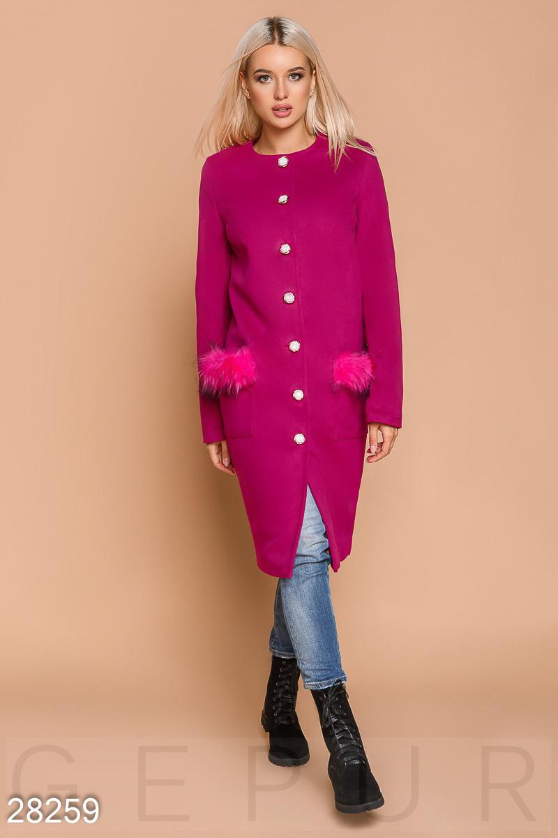 Стильное пальто малинового цвета с эко-мехом