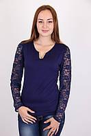 Молодежная блуза с красивым вырезом и гипюровым воротником