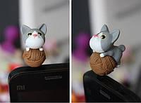 "Заглушка для аудио порта 3,5 мм (ПВХ) ""Котёнок НЯ на клубке"". Цвет: серый."