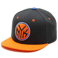 Кепка adidas Originals NBA FITTED NYK F77541 (черная с оранжевым, снепбек, прямой козырек, логотип адидас)
