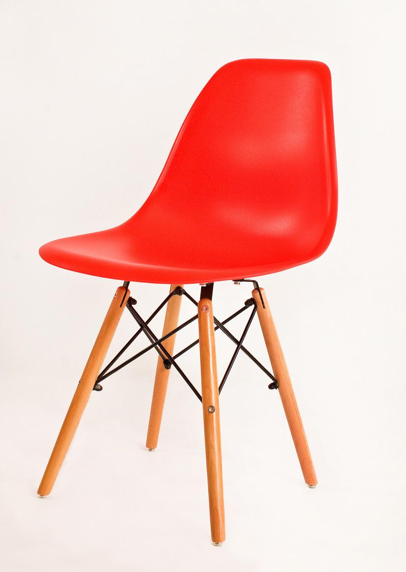 Красный стул пластиковый в современном стиле Nik на буковых ножках
