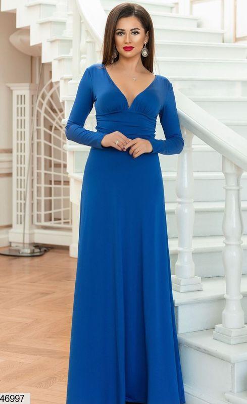 Красивое платье макси полуприталенное с длинным рукавом глубокое декольте электрик