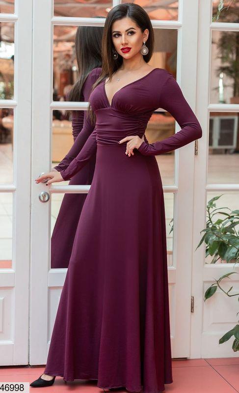 Красивое платье макси полуприталенное с длинным рукавом глубокое декольте баклажан