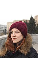 Женская вязаная шапка с бубоном бордовая