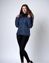 Укороченная женская куртка стеганная в синем цвете