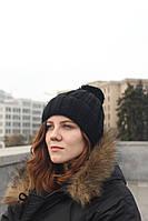 Женская вязаная шапка с бубоном черная