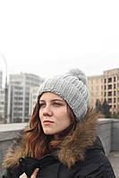 Женская вязаная шапка с бубоном серая