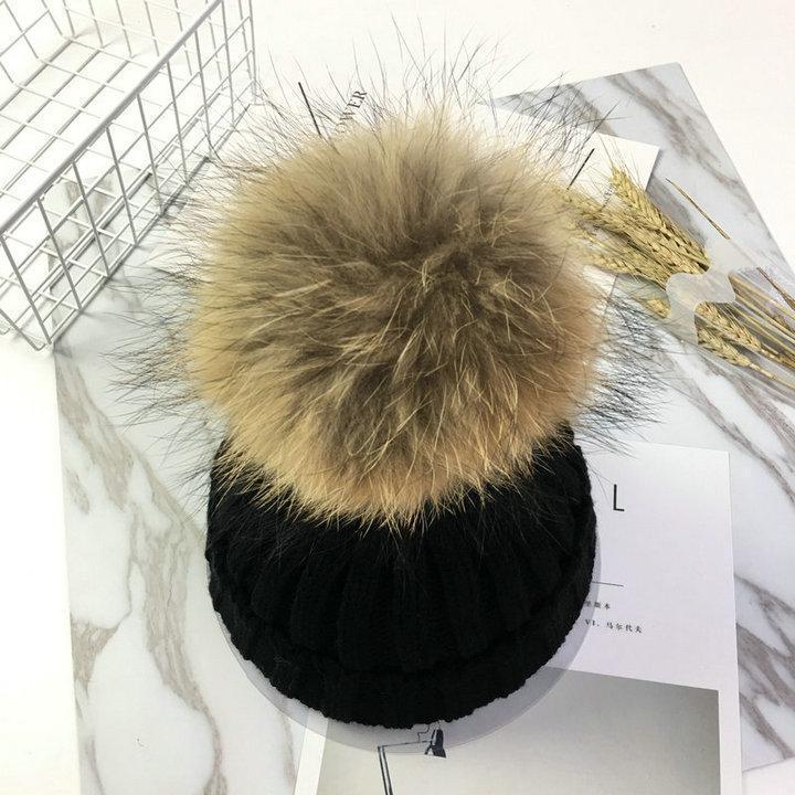 Тепла в'язана шапка з хутряною бубоном (помпоном) чорна