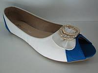 Туфли женские  белые с синей вставкой и золотистой брошью