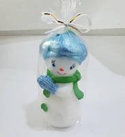 Снеговик Няша голубая шапка / Свеча Новогодняя 9x4 см