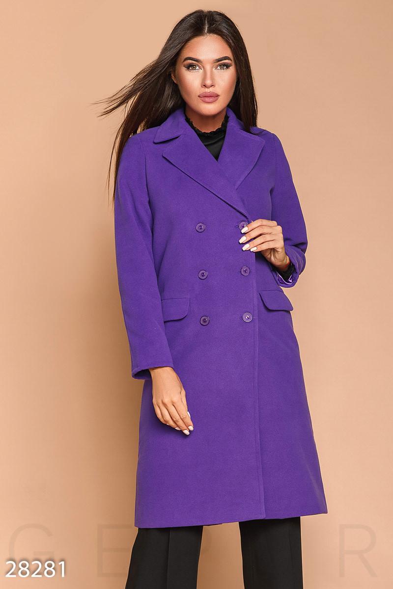 Женское двубортное пальто фиолетового цвета